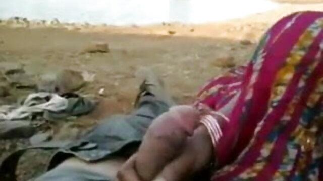 કેન્ડી stroking તેના સેક્સ કરે યોનિ અને શાંતિ પ્રાપ્ત થવાના મોટા ગાય